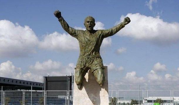 footballeurs-immortalises-statues-