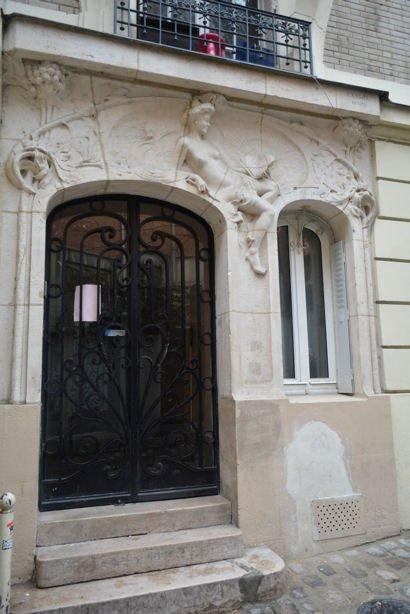 femme sculptée rue Antoine blog