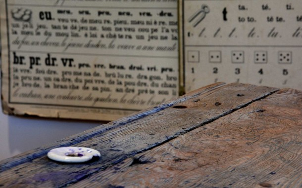 Pupitre d'écolier - 1900 - Encrier et trace d'encre violette