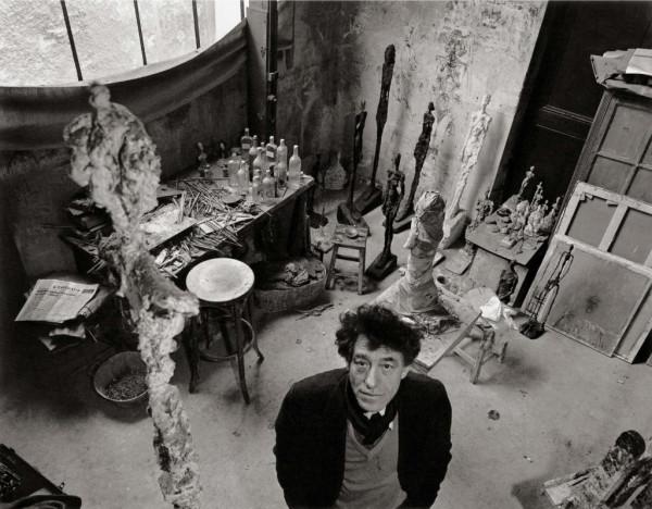 robert-doisneau-alberto-giacometti-dans-son-atelier-tirage-argentique-moderne-30x40-1957-c2a9atelier-robert-doisneau-1024x798