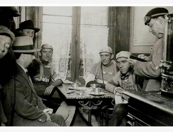 Albert Londres (assis à gauche avec un chapeau