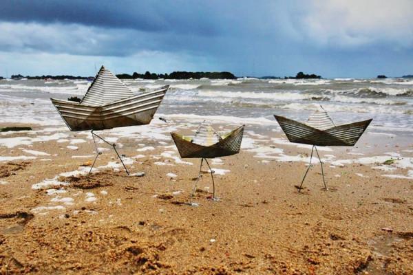 Trois bateaux au bord de l'eau