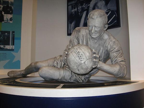 la statue du vrai Bert Trautmann au musée du Club de Manchester City